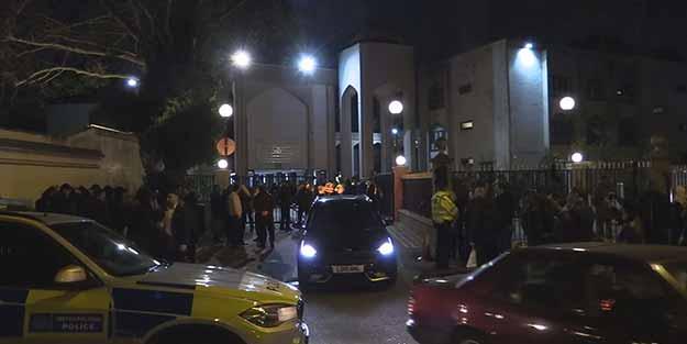 İngiliz polisi camiye operasyon düzenledi
