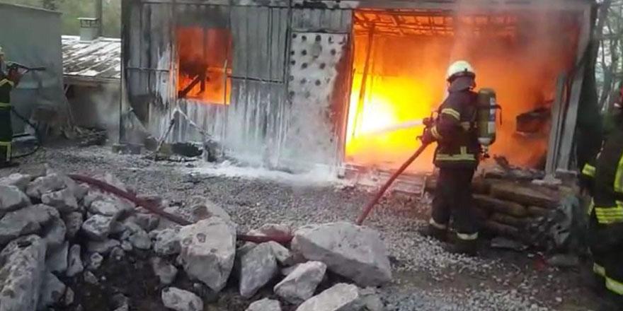 Benzin deposu olarak kullanılan konteyner alev alev yandı