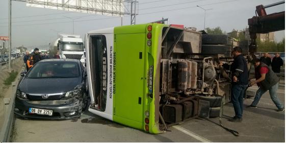 İzmit'te feci kaza! Halk otobüsü devrildi