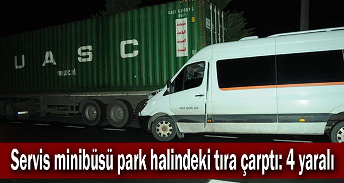 Servis minibüsü park halindeki tıra çarptı: 4 yaralı