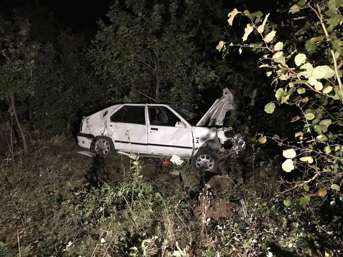 Kontrolden çıkan otomobil ağaçlık alana devrildi: 3 yaralı