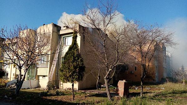 Çatıdaki yangın söndürülürken o sigara içti!