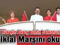 Vali Aksoy ailesiyle balkonundan İstiklal Marşını okudu