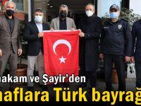 Kaymakam Kubilay ve Başkan Şayir'den esnaflara Türk bayrağı