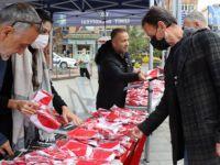 İzmit Belediyesi vatandaşa Türk Bayrağı dağıttı