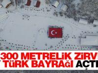 Bin 300 metrelik zirvede dev Türk Bayrağı açtılar