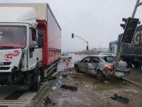 Refüjü aşıp kamyonete ve trafik ışıklarına çarptı