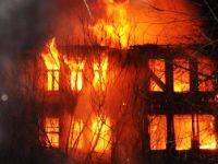 Tarihi 3 katlı bina cayır cayır yandı!