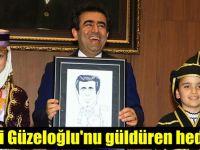 Vali Güzeloğlu'na güldüren hediye