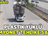 Plastik yüklü kamyonet tehlike saçtı