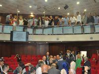 İzmit Meclisi'nde üyeler birbirine girdi