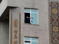 Otel penceresinden intihara kalkıştı!
