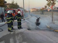 Ceza yazılan ehliyetsiz sürücü motosikleti yaktı