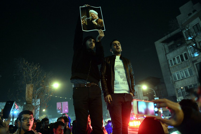 iran-karisti-binlerce-insan-sokaklara-dokuldu-90d7c7.jpg