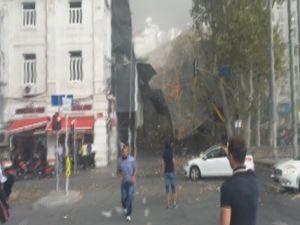 Taksim'de iskele çöktü: Yaralılar var