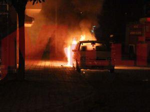 Gebze Köşklü Mahallesinde park halinde bulunan 3 araç yandı.