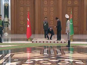 Cumhurbaşkanı Erdoğan, Türkiye ve Türkmenistan bayraklarını yerde bırakmadı